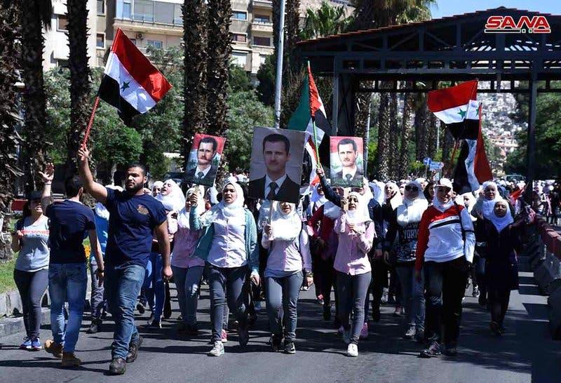 Sirios salen a calle en Damasco en apoyo a ejército de  Bashar Assad tras ataque de EEUU y aliados