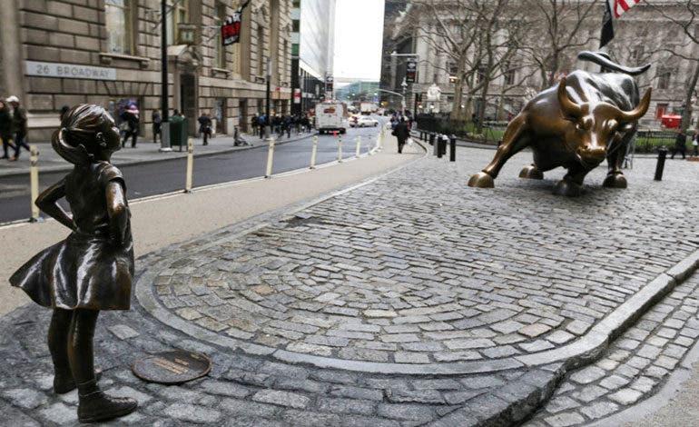 Cambiarán de sitio estatua de niña que desafía al toro de Wall Street