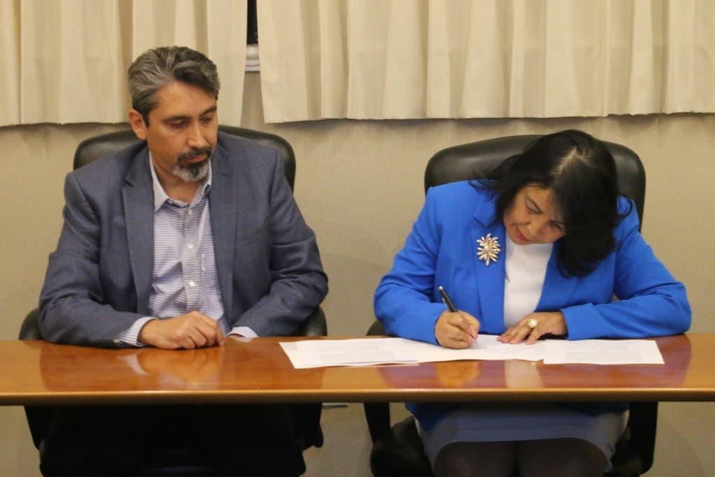 Durante la firma del acuerdo entre CEDIMAT e IMG. Baja.