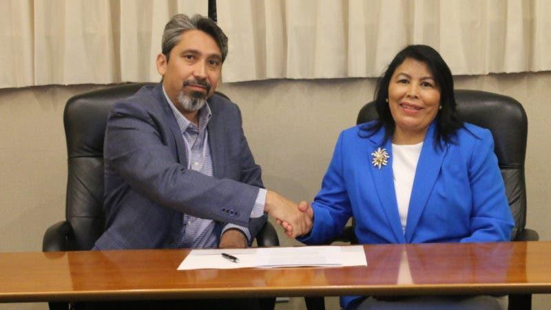 Carlos Prato y Milagros Ureña tras la firma de la alianza.