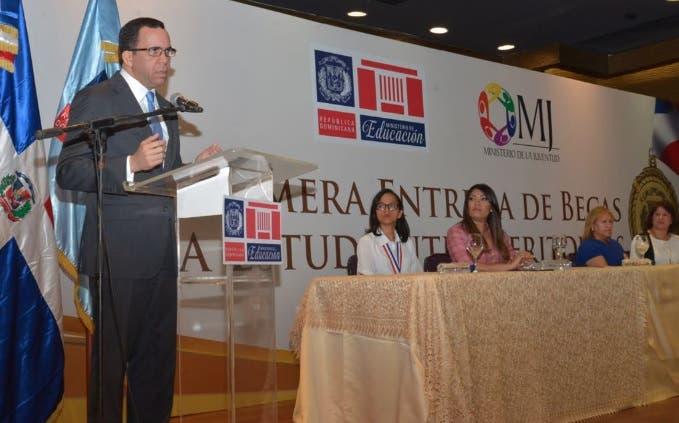 Ministros de Educación y de la Juventud entregan becas a estudiantes meritorios