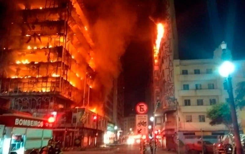 Video: Edificio ocupado por ilegales colapsa tras incendio en Sao Paulo, Brasil