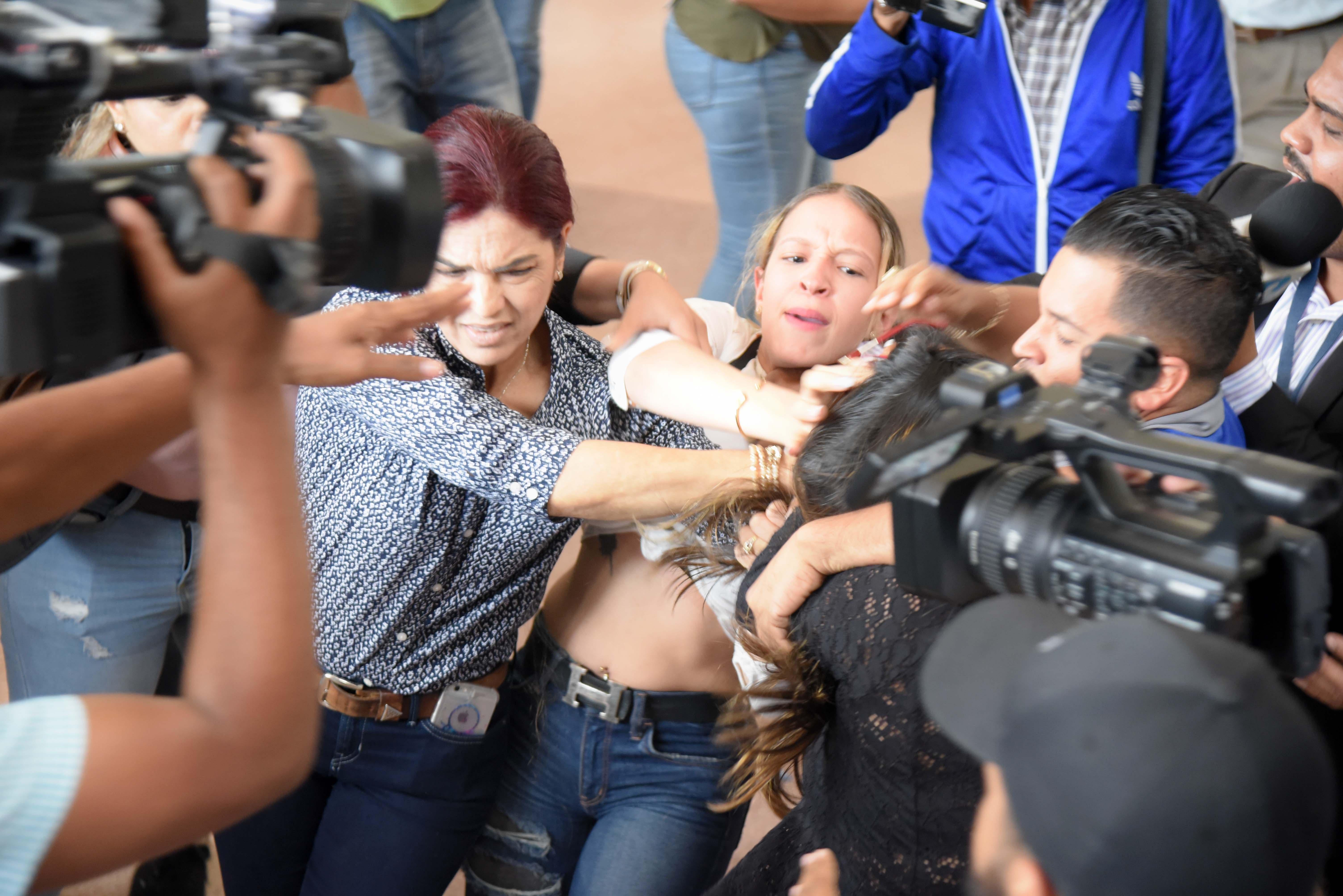 Periodista agredida por imputado en Santiago será sometida a terapia por lesión cervical