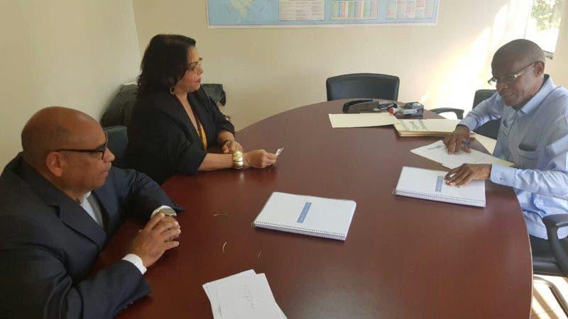 La maestra Emma Polanco junto al profesor Cerda Luna, coordinador General de su equipo de campaña, y a Ángel Heredia, asistente Administrativo de la Comisión Electoral.