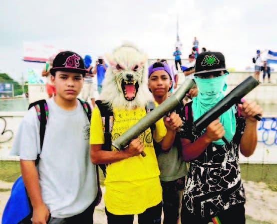 Jóvenes con armas caseras en protestas contra el Gobierno.