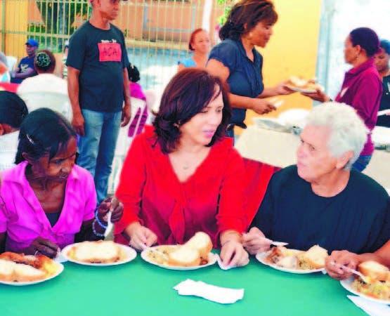 La directora del Conape, Nathalie María junto a los envejecientes.