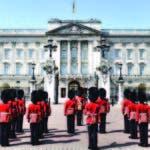 La guardia real espera la salida de la reina Isabel II del Palacio de Buckingham.
