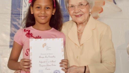 Doña Renée Klang entregando un premio a una niña.