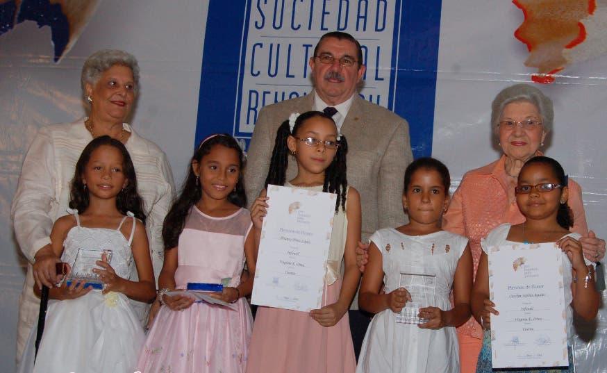 Lilian Russo, Fernando Ortega Brugal y Renée Klang premian a u grupo de niños
