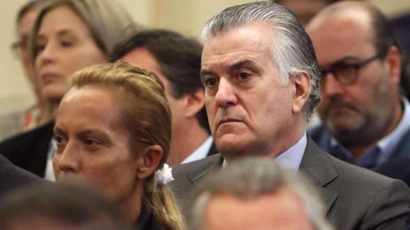 El ex tesorero del partido gobernante del Partido Popular (PP) de España Luis Barcenas observa durante el juicio de Gurtel /AFP