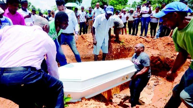 Momento en que eran sepultados los cuerpos de los hermanos Cristian y Joel Lora Robles, en el Duey.