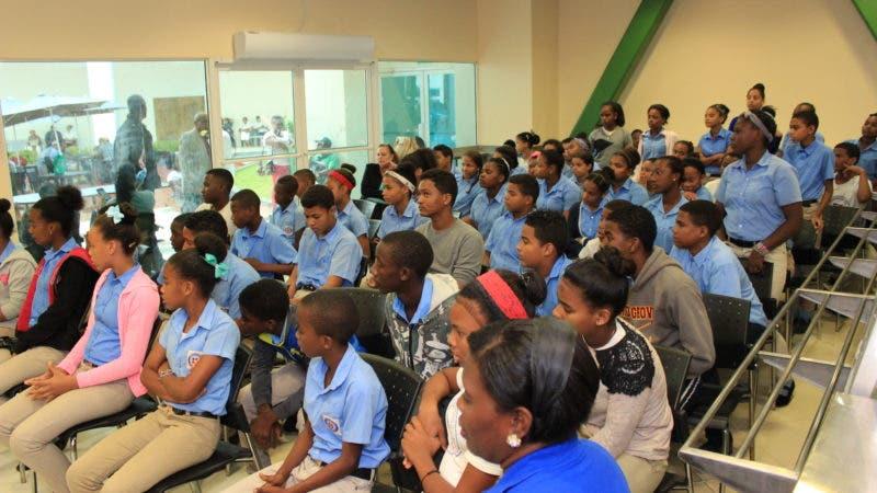 Parte de los estudiantes que escucharon la charla sobre prevención de accidentes y choques de tránsito.