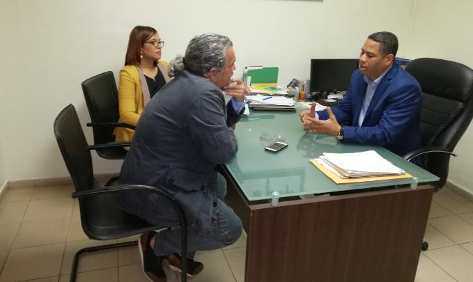 El cineasta Juan Basanta conversa con el director de la ONDA,doctorTrajano Santana y la asistente técnica del organismo, Jenniffer Troncoso