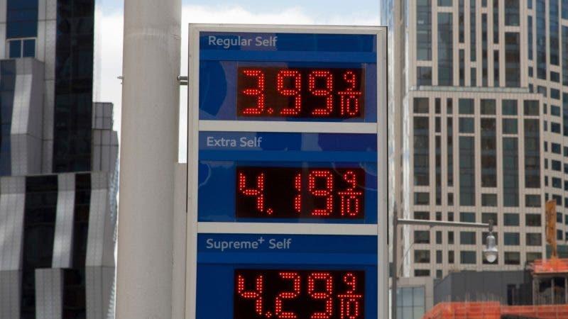 ARCHIVO - Esta foto de archivo del 18 de abril de 2018 muestra los precios en una gasolinera Mobil en Nueva York. El presidente Donald Trump dice que los precios del petróleo son demasiado altos y la culpa la tiene la OPEP. (AP Foto/Mark Lennihan, File)