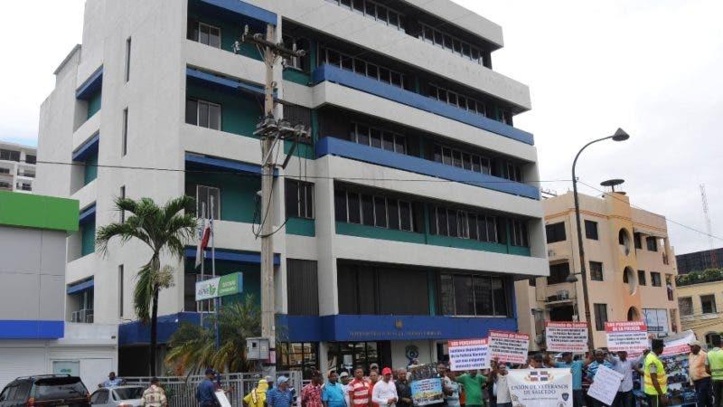Pensionados de la Policía Nacional protestan frente a la  Superintendencia de Salud y Riesgos Laborales (SISALRIL). HOY/ Aracelis Mena. 20/06/2018