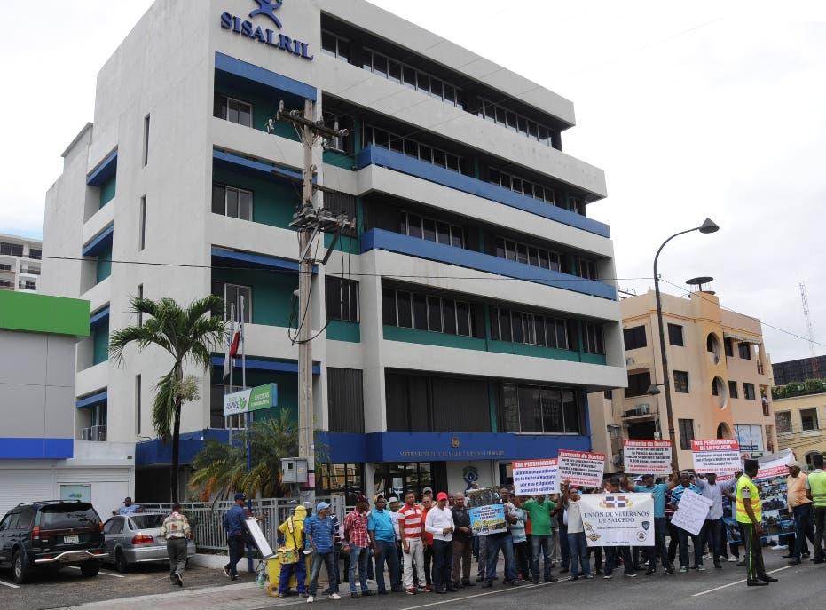 Policías pensionados protestan en calle por falta SS