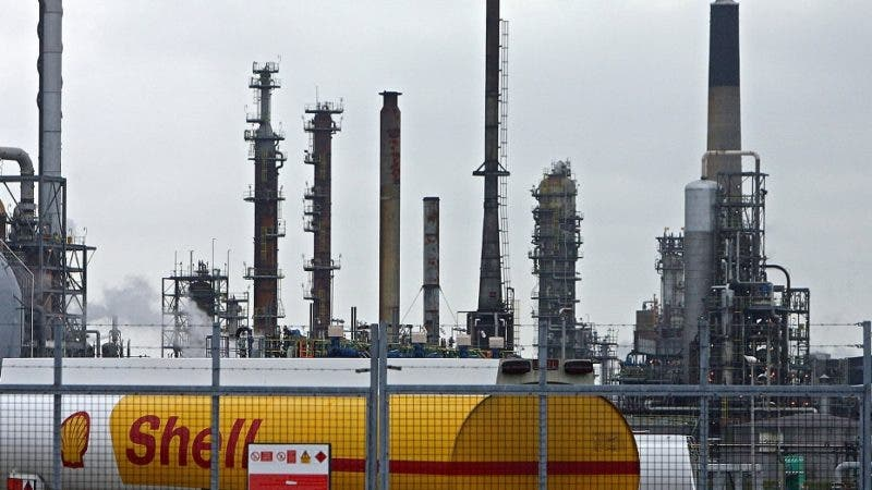 (FILES) A Shell fuel tanker is pictured inside the Grangemouth Oil Refinery in Grangemouth, central Scotland on April 25, 2008. Anglo-Dutch energy giant Royal Dutch Shell said Tuesday April 29, 2008, that first-quarter net profits leapt 25 percent to 9.08 billion dollars (5.83 billion euros) because of record-breaking crude oil prices. Net earnings on a current cost of supply (CCS) basis, excluding fluctuations in the value of inventories, were up 12 percent to 7.78 billion dollars in the three months ending March 31, compared with the same period of 2007. AFP PHOTO/PAUL ELLIS/FILES