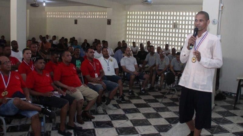 Entrega de Medallas y Certificado de participación internos y privado de libertad , de la cárcel la victoria por desarrollo educativo. En foto : Carlos Linares eterno destacado HOY Duany Nuñez 19-5-2018