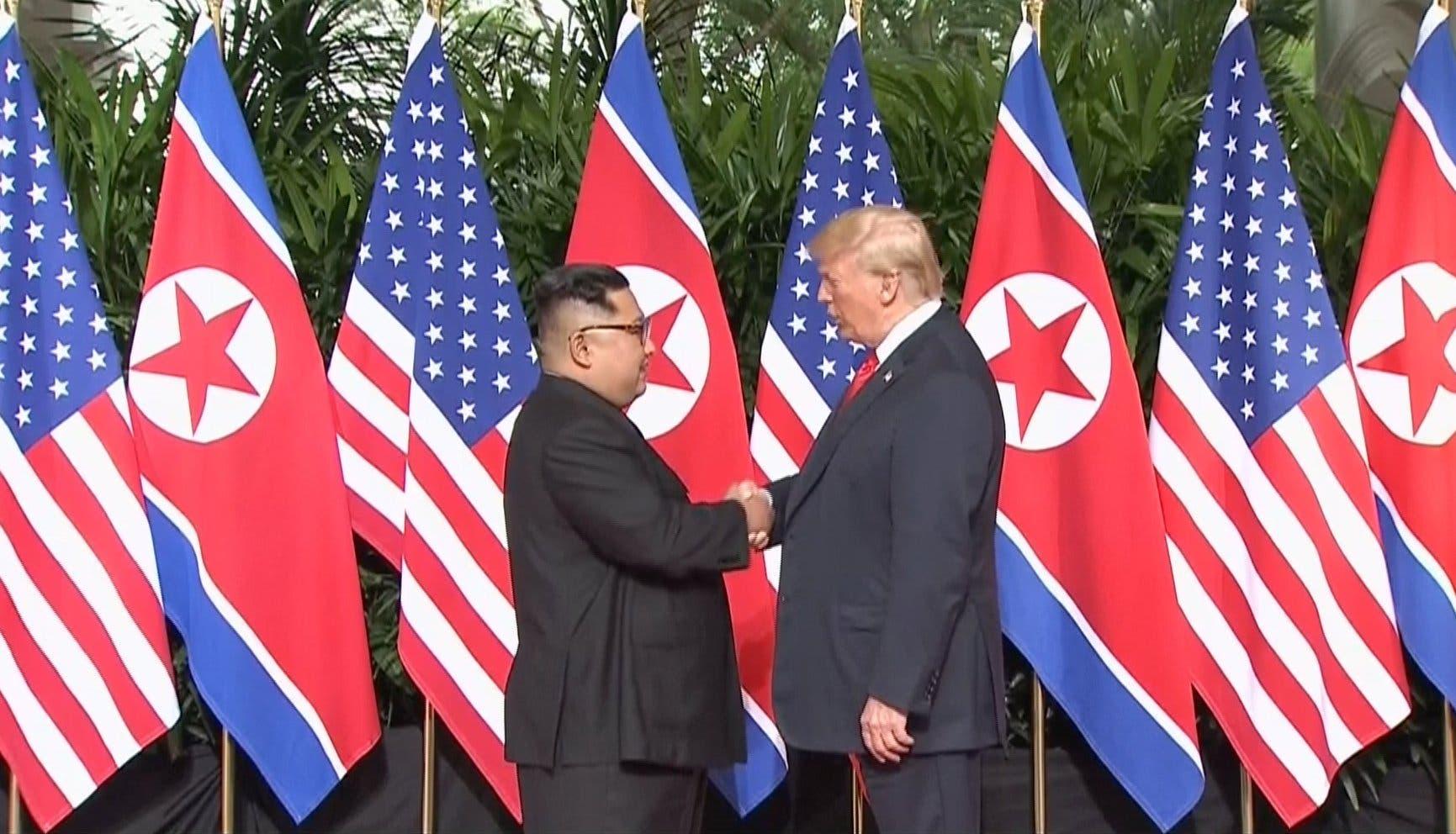 Trump y Kim se estrechan la mano y sellan la cumbre en una compleja escena