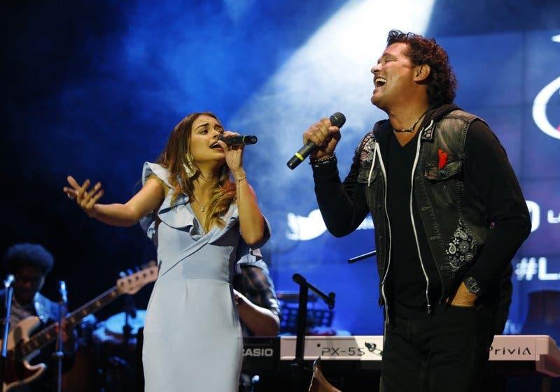 Carlos Vives entrega beca a joven cantante colombiana