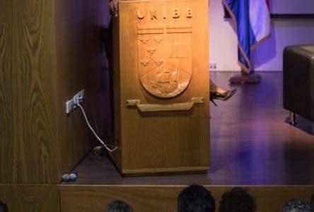 """La prohibición absoluta del aborto, la falta de educación sexual y el restringido acceso a métodos anticonceptivos mantienen a la República Dominicana entre los países de la región con peores índices en salud sexual y reproductiva según advirtieron los expertos que participaron del panel """"Mujer: Derechos y Salud Pública"""", realizado en el auditorio principal de la Universidad Iberoamericana (UNIBE). El encuentro estuvo encabezado por el director del Servicio Nacional de Salud, Chanel Rosa Chupany; el presidente del Colegio Médico Dominicano, Wilson Roa; la diputada por San Pedro de Macorís, doctora Juana Mercedes Vicente; y la abogada y experta en derecho internacional Paula Ávila Guillén, directora para América Latina del Centro de Equidad de la Mujer (WEC por sus siglas en inglés).  Chanel Rosa diserta.  Hoy/Fuente Externa 20/6/18"""