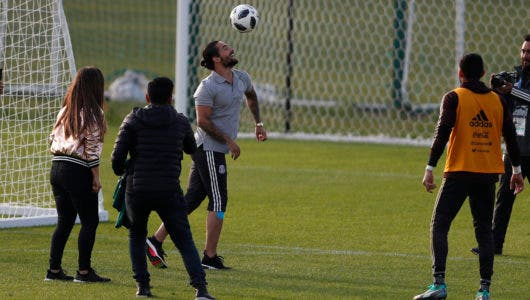 El cantante colombiano Maluma (izquierda) controla el balón junto al arquero mexicano José de Jesus Corona (derecha) al final de una sesión de entrenamiento de la selección de México para el Mundial, en Moscú. (AP Foto/Eduardo Verdugo)