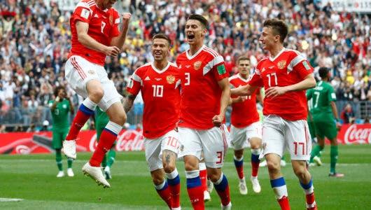 El ruso Yuri Gazinsky (izquierda) celebra con sus compañeros tras anotar el primer gol de Rusia en el partido contra Arabia Saudita por el Grupo A del Mundial en Moscú, el jueves 14 de junio de 2018. (AP Foto/Matthias Schrader)
