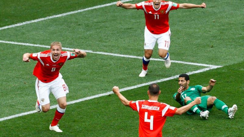 El ruso Yuri Gazinsky (izquierda) celebra tras anotar el primer gol de Rusia en el partido contra Arabia Saudita por el Grupo A del Mundial en Moscú, el jueves 14 de junio de 2018. (AP Foto/Matthias Schrader)