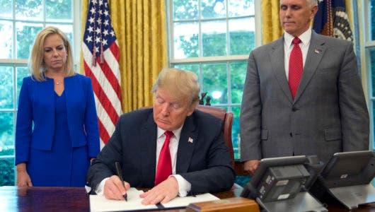 Donald Trump firma decreto para no separar a familias migrantes