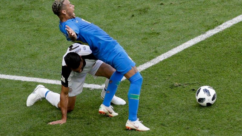 El delantero de Brasil Neymar (derecha) pugna un balón con Giancarlo González de Costa Rica durante el partido por el Grupo E del Mundial en San Petersburgo, Rusia, el viernes 22 de junio de 2018. (AP Foto/Michael Sohn)