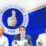 Al centro, Orlando Jorge Mera junto a otros dirigentes del PRM