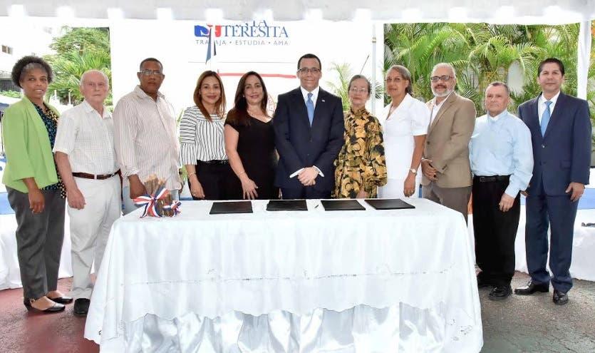 Navarro firma acuerdo para incorporar 15 colegios cristianos al sector público