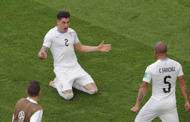 Carlos Sánchez debuta a los 33; marca diferencia con Uruguay