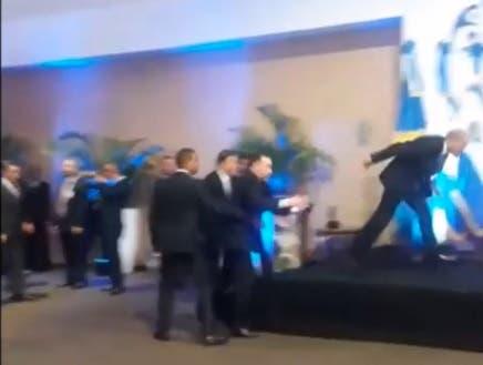Danilo Medina casi se cae al subir tarima en cumbre SICA