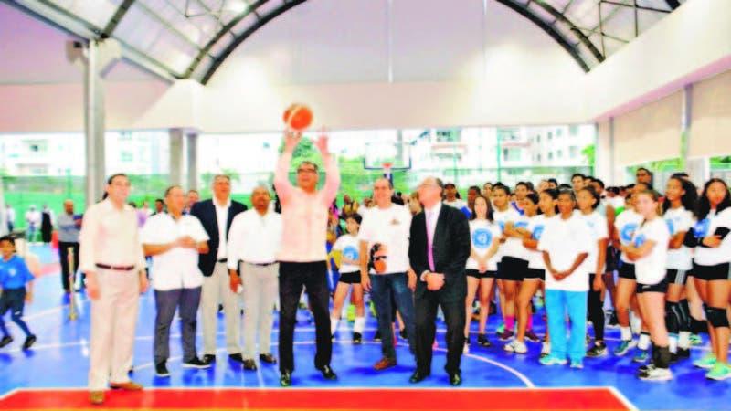 El presidente del Club Naco, Luis Miguel Pou, hace el lance de apertura del multiuso, ayer