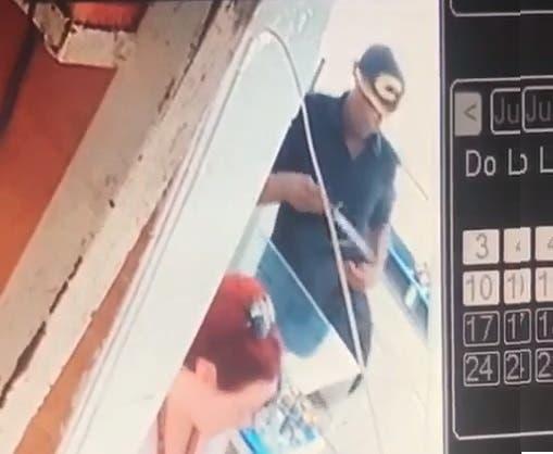 Video: Mira cómo el hombre asaltó con un puñal empleada de la joyería en El Conde