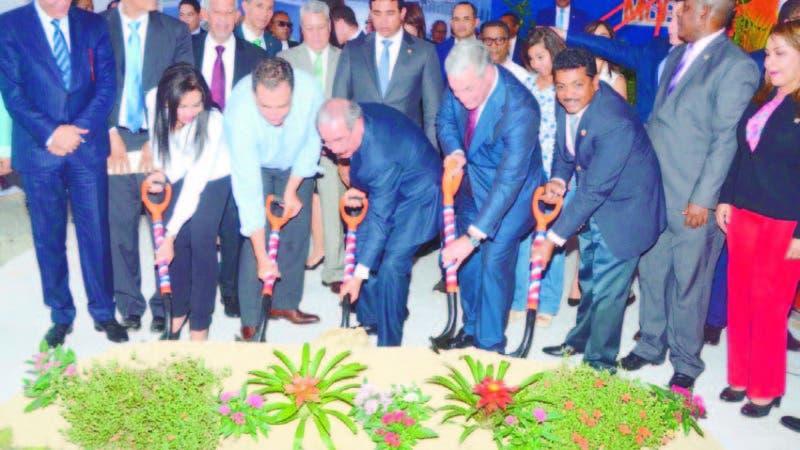 Hasta con adornos estaba la tierra para el inicio de obras encabezado por el presidente Danilo Medina