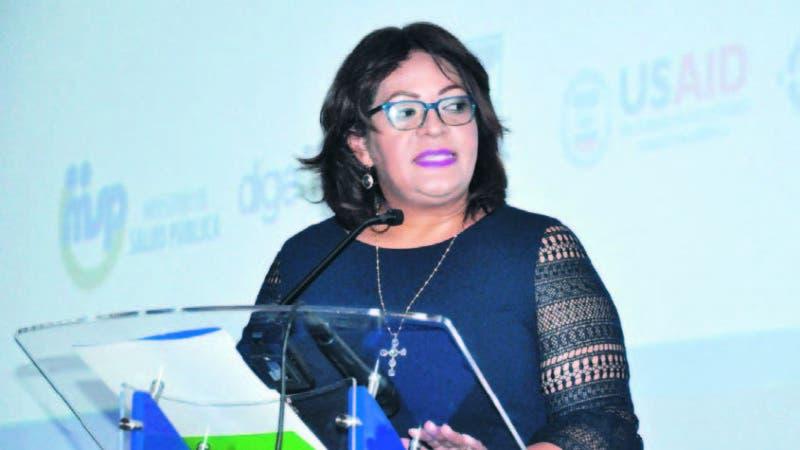 La directora de Digemaps, Karina Mena, en momentos que presentaba el cuadro básico de me dicamentos