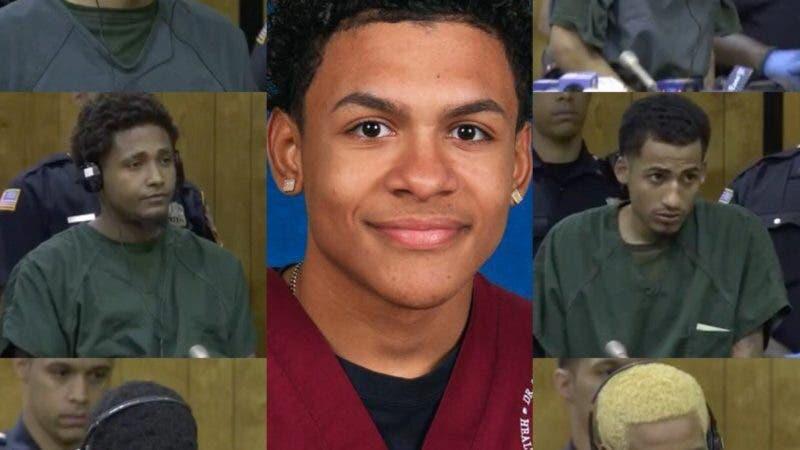 Algunos de los acusados y el joven asesinado en el centro de la imagen.