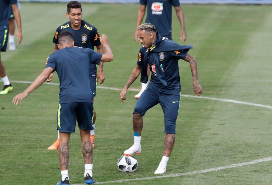 Neymar vuelve a entrenar; Brasil afirma que está listo