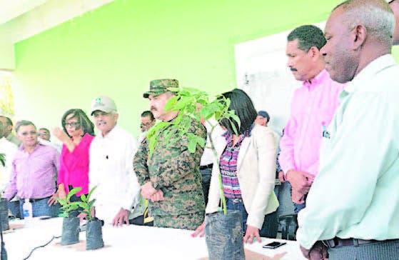 Osmar Benítez y el general Rafael de Luna Pichirilo con parte de las
