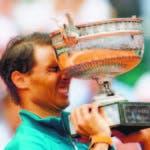 Rafael Nadal sostiene el trofeo de campeón