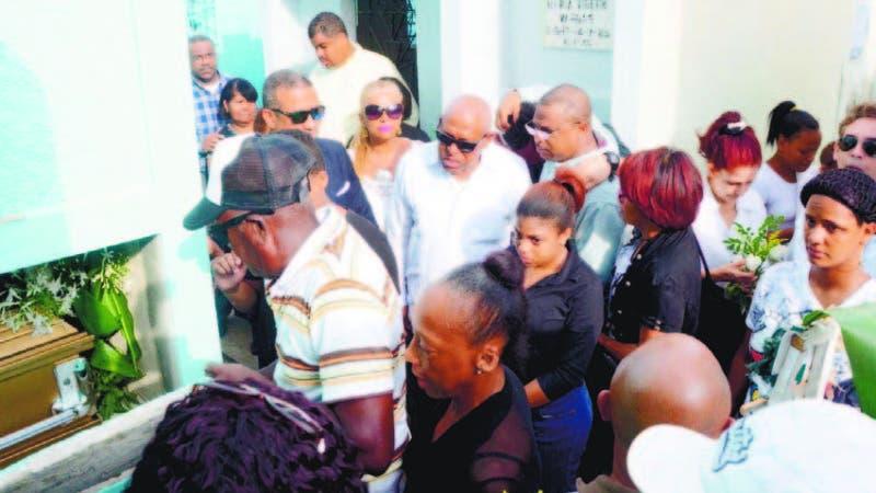 Representantes de instituciones periodísticas acompañaron a Adriano a dar último adiós a su progenitora.