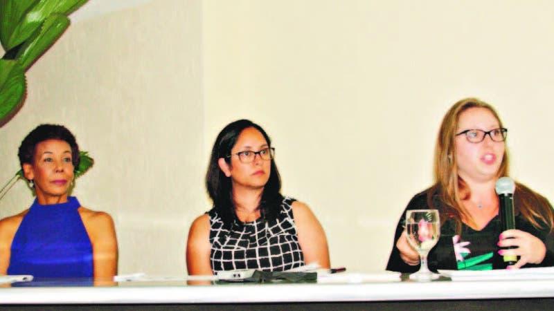 Sergia Galván, Mónica Sánchez y Kate Vasiloff durante la presentación de la encuesta sobre aborto