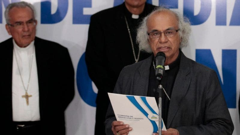 Cardinal Leopoldo Brenes reads a statement from the episcopal conference of Nicaragua after holding a meeting with Nicaraguan President Daniel Ortega at the National Seminary of Our Lady of Fatima, in Managua on June 7, 2018. / AFP / DIANA ULLOA