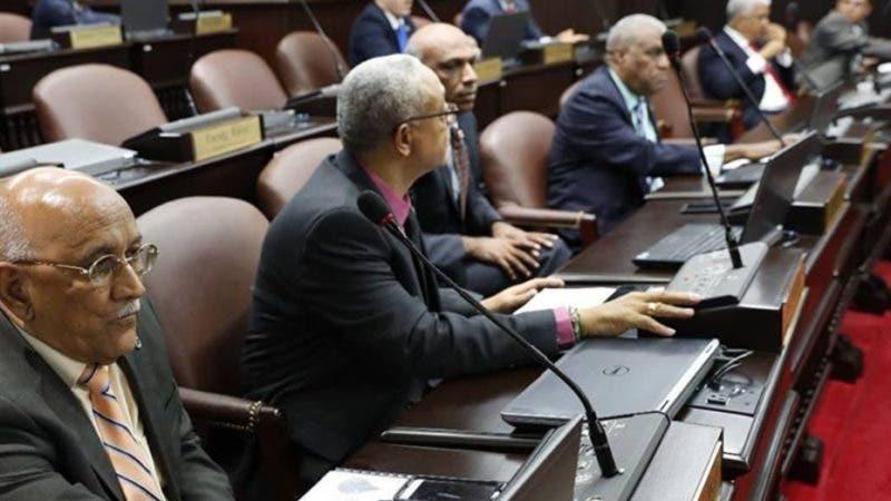 La Cámara de Diputados declaró de urgencia y aprobó en primera lectura el proyecto de ley sobre manejo de residuos sólidos en la República Dominicana. El presidente de la Cámara de Diputados, Rubén Maldonado,  tras destacar la importancia de la iniciativa,  la envió con plazo fijo a la Comisión Permanente de Medio Ambiente hasta el próximo martes.  Hoy/Fuente Externa 11/7/18