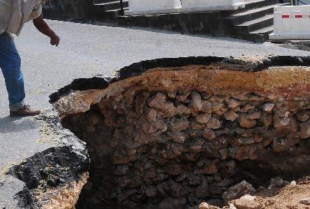 Un enorme hoyo en la  calle Arzobispo Meriño de la Zona Colonial.  HOY/ Aracelis Mena. 19/07/2018
