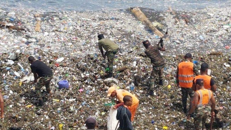 Brigadas de Obras Públicas continúan por sexto días consecutivos  recolección de desechos sólidos en el Malecón. Fuente externa 18/07/2018