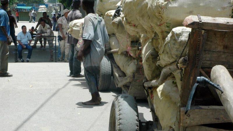 Militares del cesfront impiden que haitianos pasen sus mercancías  por la frontera.Hoy/Wilson Aracena 24/7/09