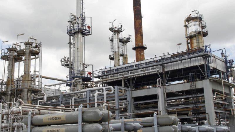 The Refineria Dominicana de Petroleo (REFIDOMSA) oil refinery in Puerto del Haina, south from Santo Domingo, April 16, 2010. Dominican President Leonel Fernandez will travel to venezuela on Sunday to sign the sale of the 49 percent of REFIDOMSA bonds to Venezuela. AFP PHOTO/ERIKA SANTELICES